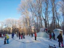 Perm, Rosja, Styczeń 2017 Projekt jest podróżny w Rosja ludzie ma zabawę w zima parku Obraz Royalty Free