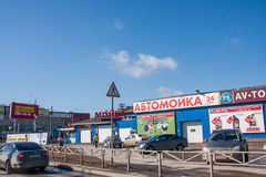 Perm, Russia - 16 aprile 2016: Negozio dell'automobile sulla vendita della p di riserva Fotografie Stock
