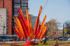 Perm, Russia - 30 aprile 2016: Paesaggio della città con le bandiere rosse Fotografia Stock Libera da Diritti