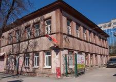 Perm, Russia - 30 aprile 2016: Vecchia costruzione con le bandiere Immagine Stock