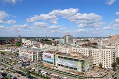 PERM, RUSSIA - 25 GIUGNO 2014: Via di Popova e centro commerciale Immagini Stock