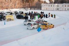 PERM, RUSSIA, IL 17 GENNAIO 2016 corse di automobile allo stadio Fotografia Stock Libera da Diritti