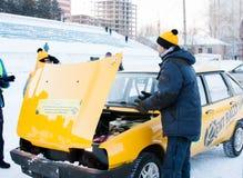 PERM, RUSSIA, IL 17 GENNAIO 2016: Meccanico al cappuccio di una corsa Immagine Stock Libera da Diritti