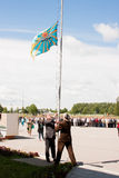 PERM, RUSSIA, IL 4 LUGLIO 2015: Innalzamento di una bandiera, grande benvenuto dei veterani Fotografia Stock