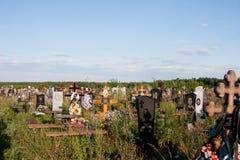 Perm, Russia - 13 luglio Giorno 2016 di estate nordico del cimitero Immagini Stock