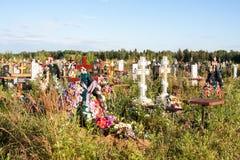Perm, Russia - 13 luglio Giorno 2016 di estate nordico del cimitero Immagini Stock Libere da Diritti