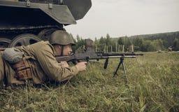 PERM, RUSSIA - 30 LUGLIO 2016: Rievocazione storica della seconda guerra mondiale, estate, 1942 Soldato sovietico con la mitragli Fotografie Stock