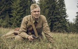 PERM, RUSSIA - 30 LUGLIO 2016: Rievocazione storica della seconda guerra mondiale, estate, 1942 Ufficiale sovietico con la pistol Fotografia Stock