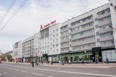 Perm, Russia - 9 maggio 2016: Passeggiata di molta gente avanti Fotografia Stock