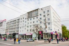 Perm, Russia - 9 maggio 2016: Passeggiata di molta gente avanti Immagini Stock
