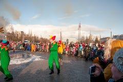 PERM, RUSSIA - 13 marzo 2016: Spettatori sugli effigii brucianti di Immagini Stock