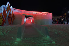 PERM, RUSSIE - 11 JANVIER 2014 : Glissière rouge lumineuse de glace Image libre de droits