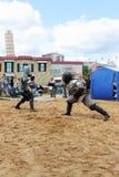 PERM, RUSSIE - 25 JUIN 2014 : Deux épées de clôture d'hommes au festival Image libre de droits