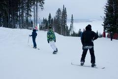 PERM, RUSSIE, LE 13 DÉCEMBRE 2015 : Les gens skiant et faisant du surf des neiges Photos libres de droits
