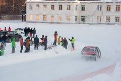 PERM, RUSSIE, LE 17 JANVIER 2016 courses d'automobiles au stade Photo stock