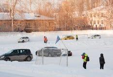 PERM, RUSSIE, LE 17 JANVIER 2016 courses d'automobiles au stade Image libre de droits
