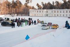 PERM, RUSSIE, LE 17 JANVIER 2016 courses d'automobiles au stade Photo libre de droits