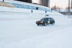 PERM, RUSSIE, LE 17 JANVIER 2016 courses d'automobiles au stade Images libres de droits
