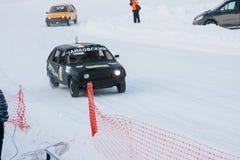 PERM, RUSSIE, LE 17 JANVIER 2016 courses d'automobiles au stade Images stock