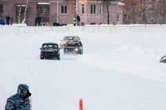 PERM, RUSSIE, LE 17 JANVIER 2016 courses d'automobiles au stade Photos libres de droits