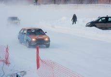 PERM, RUSSIE, LE 17 JANVIER 2016 courses d'automobiles au stade Photos stock