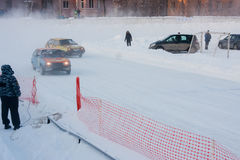 PERM, RUSSIE, LE 17 JANVIER 2016 courses d'automobiles au stade Image stock