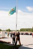 PERM, RUSSIE, LE 4 JUILLET 2015 : Augmenter d'un drapeau, accueil grand des vétérans Photo stock