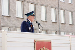 PERM, RUSSIE, LE 4 JUILLET 2015 : Les personnes âgées militarian l'homme sur une tribune agit Photographie stock libre de droits