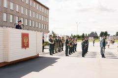 PERM, RUSSIE, LE 4 JUILLET 2015 : Les personnes âgées militarian l'homme sur une tribune agit Photo libre de droits