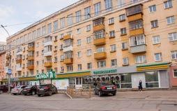 Perm, Russie - 9 mai 2016 : Boutiques sur le rez-de-chaussée Photographie stock libre de droits
