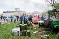 Perm, Russie - 9 mai 2016 : Cuisine de champ avec un gruau militaire Photographie stock libre de droits