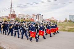 Perm, Russie - 9 mai 2016 : Les jeunes cadets entrent dans l'uniforme de robe Images stock