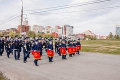 Perm, Russie - 9 mai 2016 : Les jeunes cadets entrent dans l'uniforme de robe Photo libre de droits