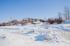 Perm, Russie - 11 mars 2017 : Un vieux bateau sur la neige Photo stock