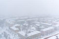 PERM, RUSSIE - 2 MARS 2018 : zone urbaine pendant chutes de neige images libres de droits