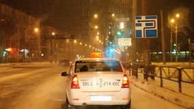 Perm, Russie - 5 novembre 2016 : Paysage de nuit avec le trafic clips vidéos