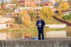 Perm, Russie - 26 septembre 2016 : Poissons d'homme sur un étang Image stock