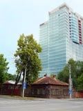 Perm, vecchia casa di legno e grattacielo Immagini Stock Libere da Diritti