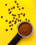 Permafilter z zmieloną kawą z piec kawowymi fasolami, odgórny widok Zdjęcia Stock