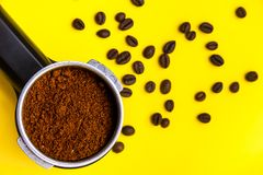 Permafilter z zmieloną kawą z piec kawowymi fasolami, odgórny widok Obrazy Royalty Free