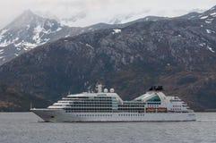 Permanência passageira luxuosa de Seabourn do navio de cruzeiros overcast fotos de stock