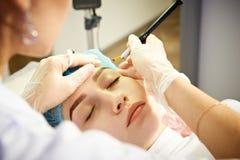 Permanent ögonbrynsmink för ledar- danande Arkivfoton