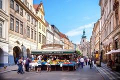 Permanent do mercado de Havelske Trziste Havels marcado no centro de Praga fotografia de stock