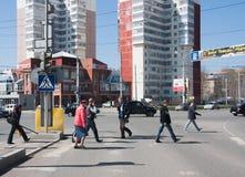Permanent, Rusland - April 30 2016: De voetgangers gaan weg over Stock Afbeelding