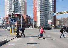 Permanent, Rusland - April 30 2016: De voetgangers gaan weg over Stock Foto's