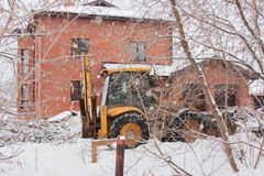 PERMANENT, RUSLAND, 16 DECEMBER 2015: graafwerktuig die aan een bouwwerf in de privésector werken Royalty-vrije Stock Foto's