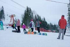 PERMANENT, RUSLAND, 13 DECEMBER 2015: Mensen die en in de skitoevlucht 'Zhebrei' snowboarding ski?en Stock Foto