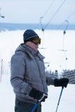 PERMANENT, RUSLAND, 13 DECEMBER 2015: Mensen die en in de skitoevlucht 'Zhebrei' snowboarding ski?en Royalty-vrije Stock Foto