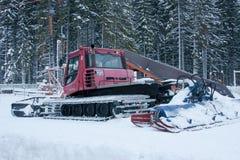 PERMANENT, RUSLAND, 13 DECEMBER 2015: Sneeuwploegen in een bergtoevlucht 'Zhebrei' Royalty-vrije Stock Fotografie