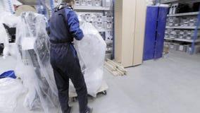 PERMANENT RUSLAND - 12 12 2018: Fabriek voor de productie van robots De ingenieur beweegt de robot door de installatie Drijft stock video